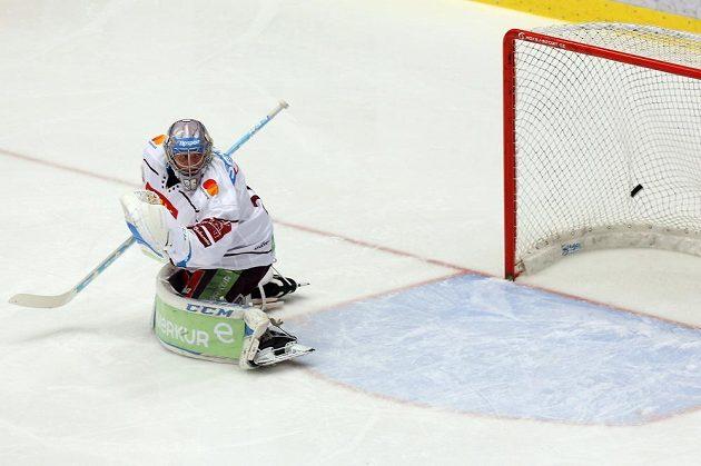Brankář Sparty Jakub Sedláček inkasuje první branku zápasu s Třincem.