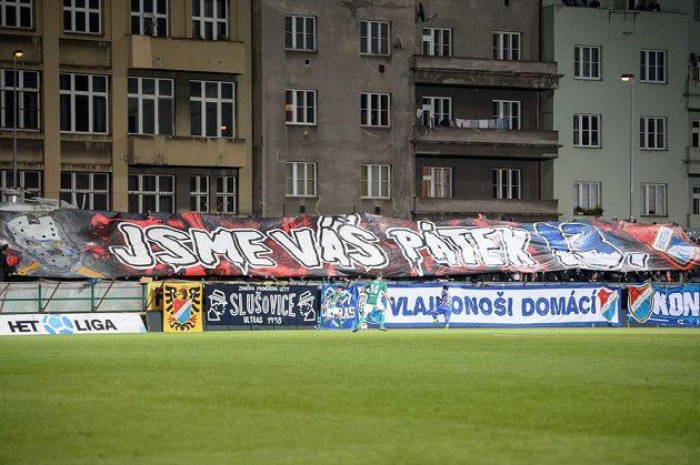 Choreo fanoušků Baníku Ostrava během utkání v Ďolíčku.