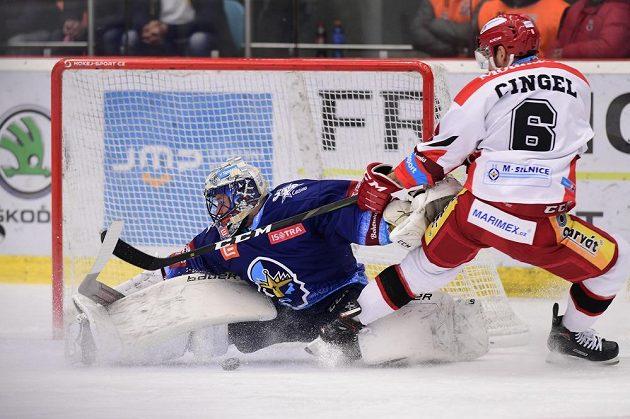 Hokejový brankář Kladna Denis Godla a Lukáš Cingel z Hradce Králové během utkání extraligy.