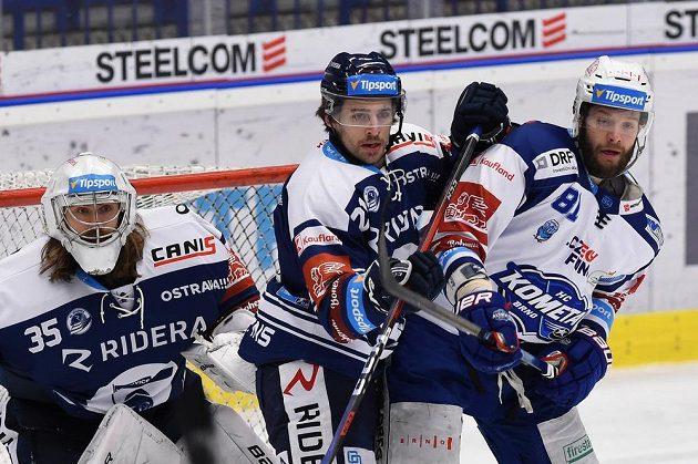 Zleva brankář Marek Peksa z Vítkovic, Alexandre Mallet z Vítkovic a Tomáš Vincour z Brna.