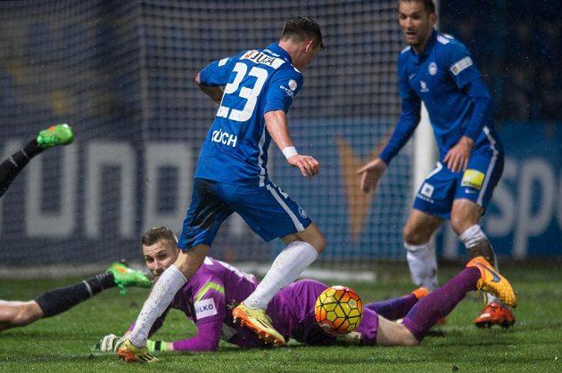 Záložník Slovanu Liberec Egon Vůch, jablonecký brankář Michal Bárta a Marek Bakoš.