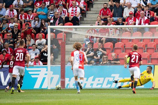 Brankář Slavie Praha Přemysl Kolář inkasuje gól z nářízené penalty během derby v utkání nadstavby Fortuna ligy.