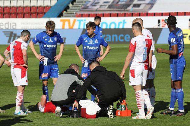 Lukáš Provod ze Slavie zůstal ležet se zraněným kolenem na trávniku.