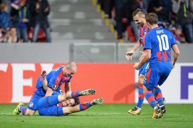 Fotbalisté Viktorie Plzeň (zleva) Milan Petržela, Michael Krmenčík, Radim Řezník a Jan Kopic oslavují gól na 1:0 během utkání základní skupiny Evropské ligy.