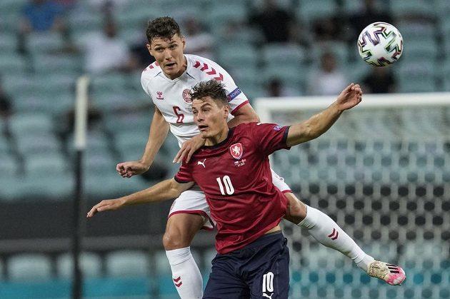Dánský fotbalista Andreas Christensen v souboji s českým kanonýrem Patrikem Schickem během čtvrtfinále EURO.