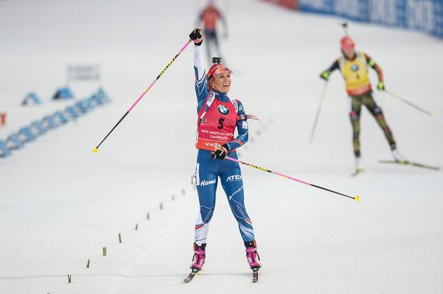 Gabriela Koukalová v cíli závodu s hromadným startem na 12,5 km ve Vysočina Areně.