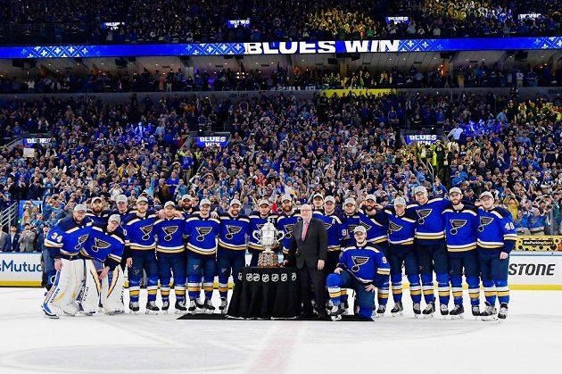 Hokejisté St. Louis Blues se radují z poháru pro vítěze Západní konference