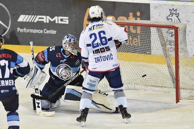Brankář Liberce Roman Will inkasuje gól. Přihlíží Martin Zaťovič z Brna.
