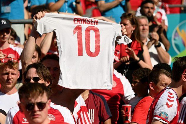 Dánští fanoušci s dresem Eriksena