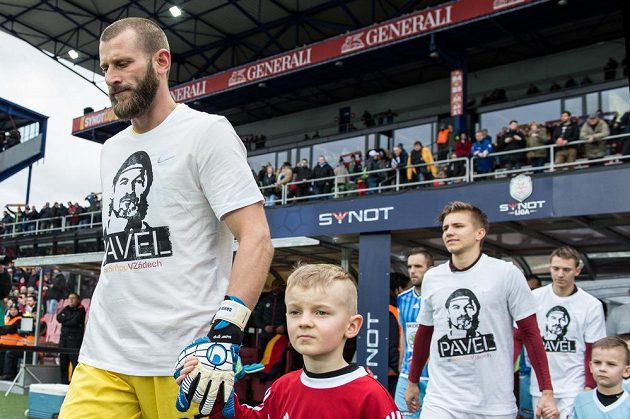 Brankář Sparty David Bičík nastupuje k utkání s portrétem Pavla Srníčka na tričku.