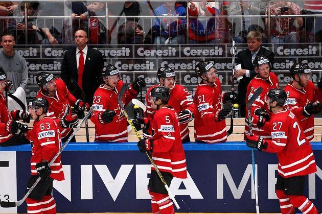 Kanadští hokejisté slaví gól proti USA na MS v Rusku. Vpředu zleva Brad Marchand, Cody Ceci a Ryan Murray.