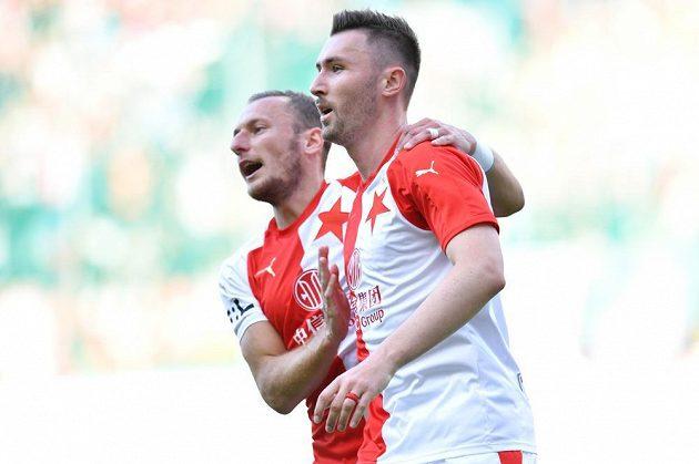 Střelci gólu Slavie Jaromíru Zmrhalovi (vpravo) gratuluje Vladimír Coufal.