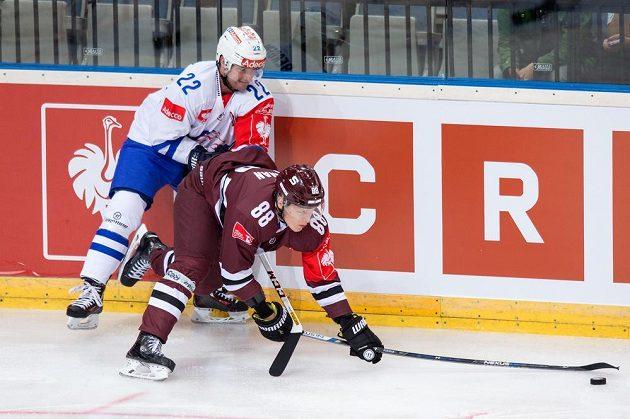 Miroslav Forman ze Sparty Praha (dole) a Marc-Andre Bergeron z Curychu.