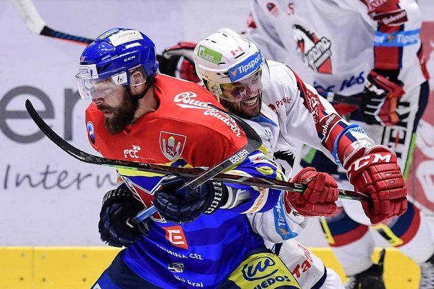 Zdeněk Kutlák z Budějovic a Brian Ihnačák z Pardubic v akci během utkání baráže o hokejovou extraligu.