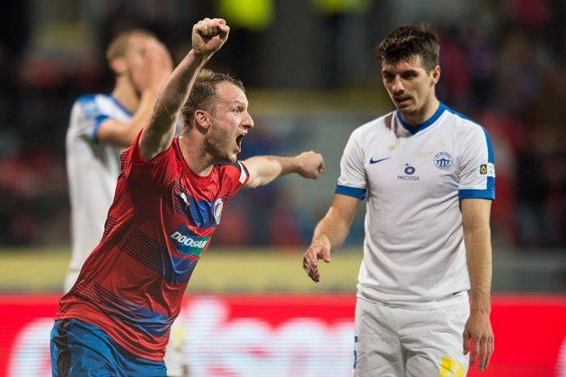 Michael Krmenčík z Viktorie Plzeň oslavuje gól na 1:0, vpravo zklamaný autor vlastňáku Ondřej Kúdela z Liberce.