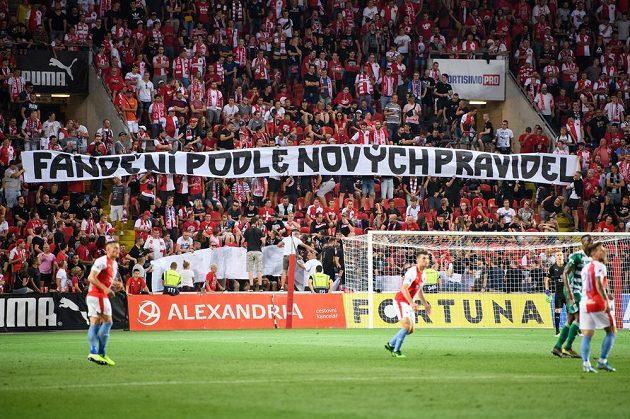 Ve slávistickém kotli se během utkání s Bohemians objevil tento transparent.