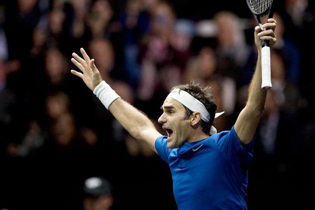 Švýcar Roger Federer z týmu Evropy se raduje z výhry nad Australanem Nickem Kyrgiosem z výběru světa i celkového vítězství týmu v Laver Cupu.