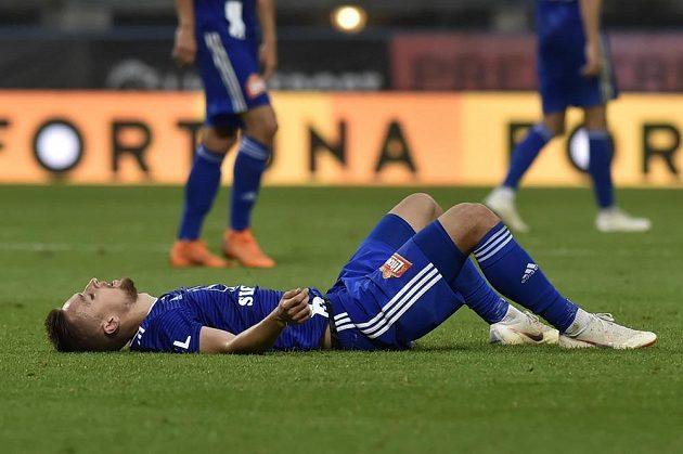 David Houska z Olomouce leží zklamaně na trávníku po skončení zápasu se Slavií. Hanáci prohráli 0:3.