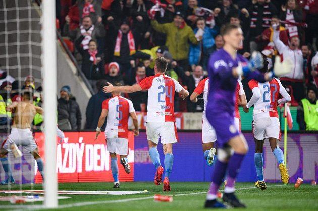 "Fotbalisté Slavie Praha oslavují gól na 1:1 během derby ""S""."