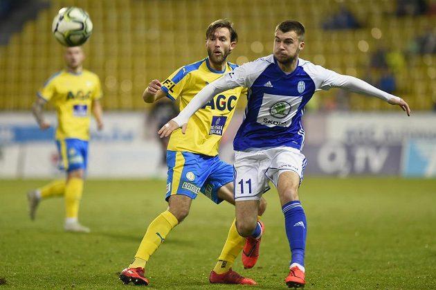 Teplický fotbalista Jan Hošek si mladoboleslavského střelce Nikolaje Komličenka během utkání pečlivě hleděl.