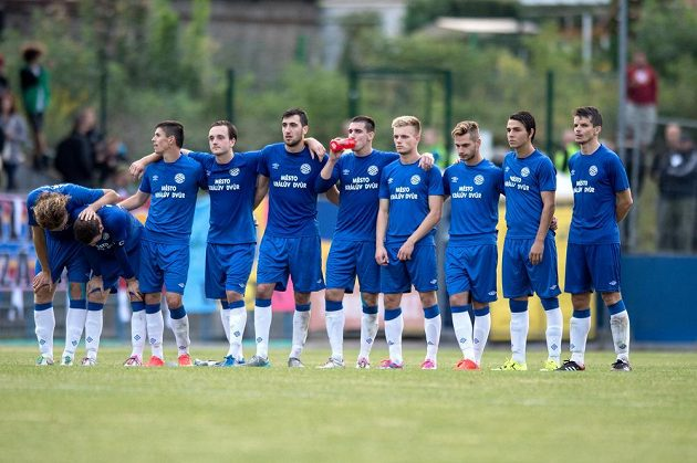Fotbalisté Králova Dvora během penaltového rozstřelu v poháru proti Spartě.