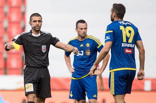 Rozhodčí Martin Nenadál a Lukáš Zoubele z Jihlavy během utkání se Slavií.