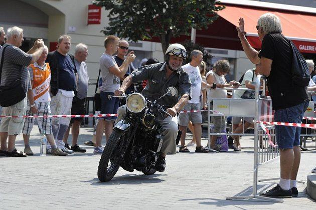 Bývalý závodník Jan Dobiáš během vzpomínkové jízdy Brnem.