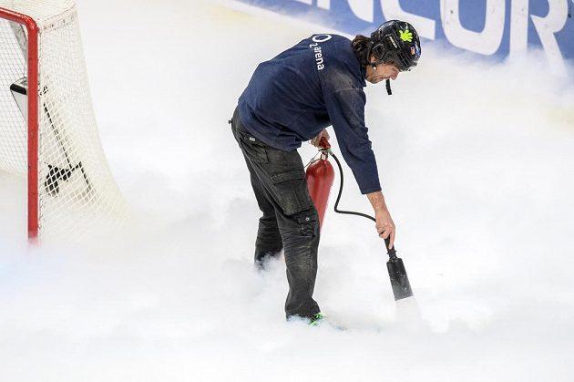 Ledař opravuje díru v ledu.