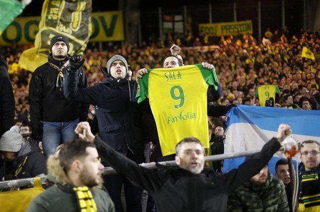 Fanoušci fotbalového FC Nantes také vzdali hold bývalému hráči Emilianu Salovi, který zmizel při leteckém neštěstí.