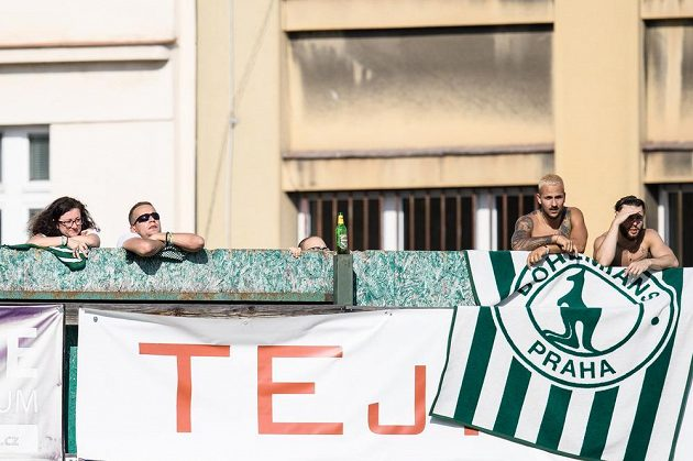 Fanoušci za plotem sledují utkání Bohemians 1905 - FC Slovácko.