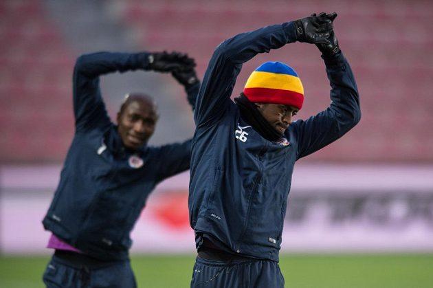 Sparťané Costa Nhamoinesu (vpředu) a Kehinde Fatai během tréninku před úvodním osmifinálovým utkáním Evropské ligy s Laziem Řím.