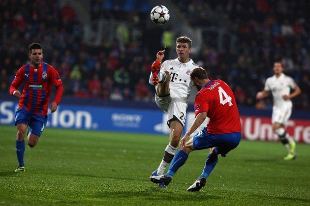 Roman Hubník (vpravo) se snaží zastavit Thomase Müllera z Bayernu v utkání Ligy mistrů. Vzadu dobíhá Michal Ďuriš.