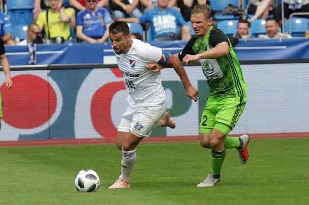 Milan Baroš z Ostravy a Michal Hubínek z Boleslavi v utkání o postup do Evropské ligy.