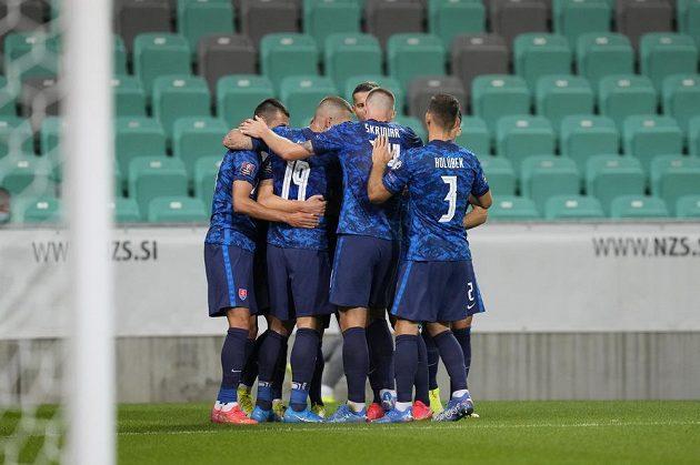 Fotbalisté Slovenska se radují z gólu proti Slovincům v kvalifikaci o postup na MS.