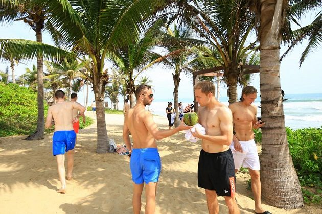 Hráči Slavie se osvěžují kokosem.