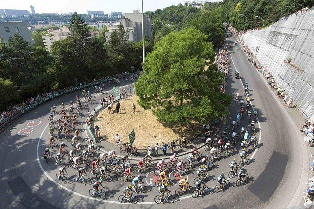 Peloton Tour de France projíždí Lyonem. Alpy se blíží...