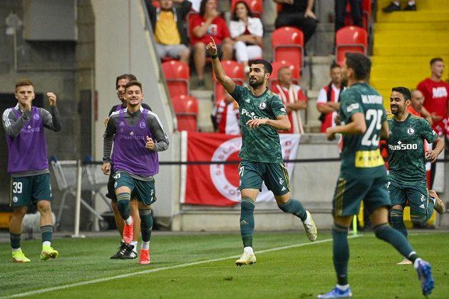 Josip Juranovič z Legie (uprostřed) se raduje z gólu.