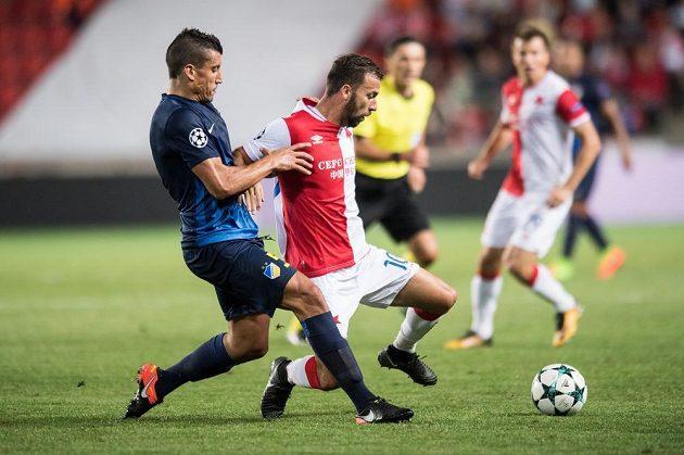 Josef Hušbauer ze Slavie Praha a Jesús Rueda z APOELu během utkání odvety play off Ligy mistrů.