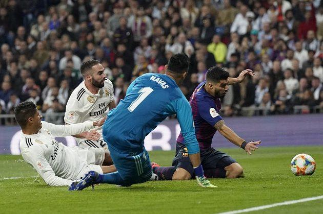Obránce Realu Madrid Raphael Varane si dal ve šlágru s Barcelonou vlastní gól.