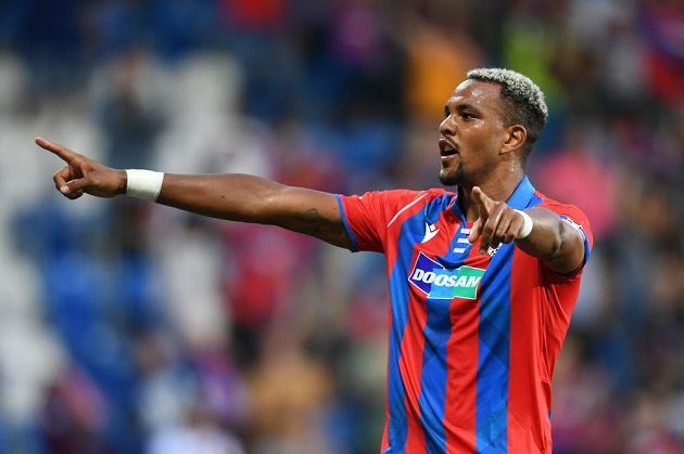 Jean-David Beauguel is rejoicing at the leading goal of Pilsen against Mladá Boleslav.
