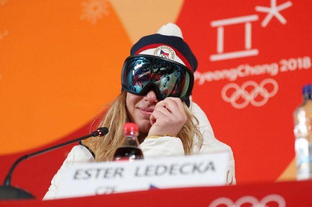 Ester Ledecká absolvovala tiskovou konferenci s lyžařskými brýlemi.