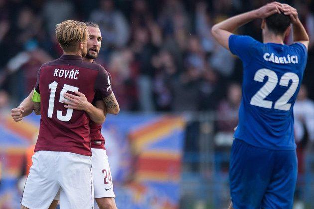 Radoslav Kováč a Petr Jiráček oslavují vyrovnávací gól na 1:1 během utkání 3. kola v Králově Dvoře.