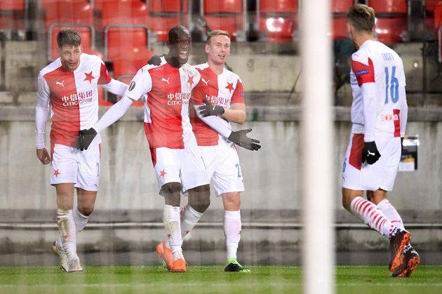 Abdallah Sima ze Slavie Praha oslavuje se spoluhráči gól proti Hapoelu Beer Ševa.