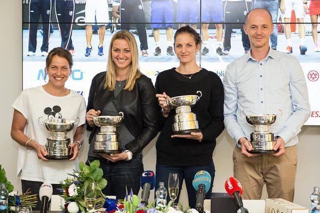 Vítězný fedcupový tým (zleva): Barbora Strýcová, Petra Kvitová, Karolína Plíšková a Petr Pála po návratu z francouzského Štrasburku.