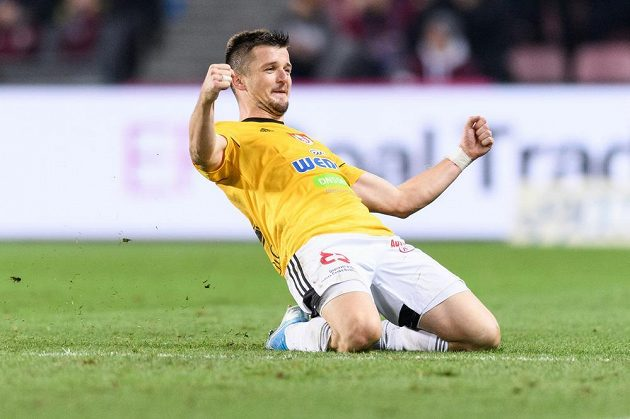 Benjamin Čolič z Českých Budějovic oslavuje gól na 2:1 z přímého kopu během utkání se Spartou.