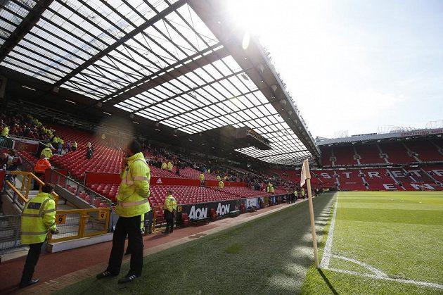 Fanoušci odchází ze stadiónu Old Trafford. Zápas Manchester United - Bournemouth byl odložen.