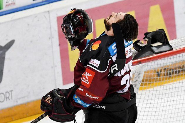 Gesto zmaru brankáře Sparty Matěje Machovského poté, co Liberec otočil skóre pátého utkání semifinále play off.
