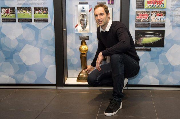 Brankář Petr Čech s trofejí Zlatý míč v sídle FAČR v Praze.