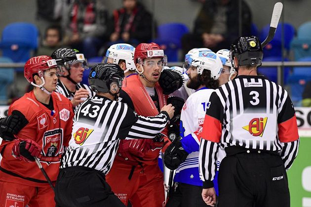 Hokejisté Jordann Perret a Patrik Miškář z Hradce Králové a Dominik Schlumpf ze Zugu během čtvrtfinále Ligy mistrů.