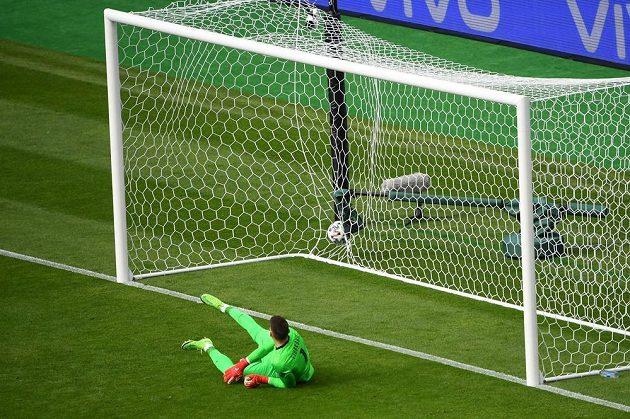 Chorvatský brankář Dominik Livakovič právě inkasoval z penalty od Patrika Schicka.